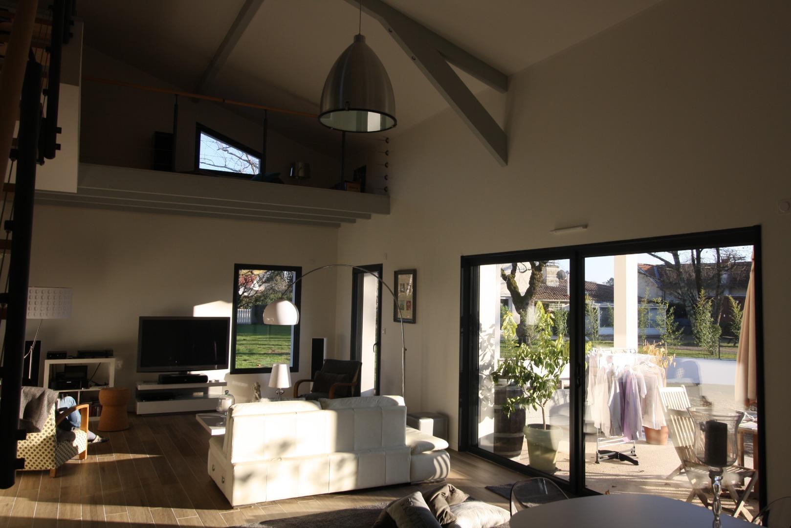 Construction d'une maison moderne avec hauteur sous plafond dans le salon