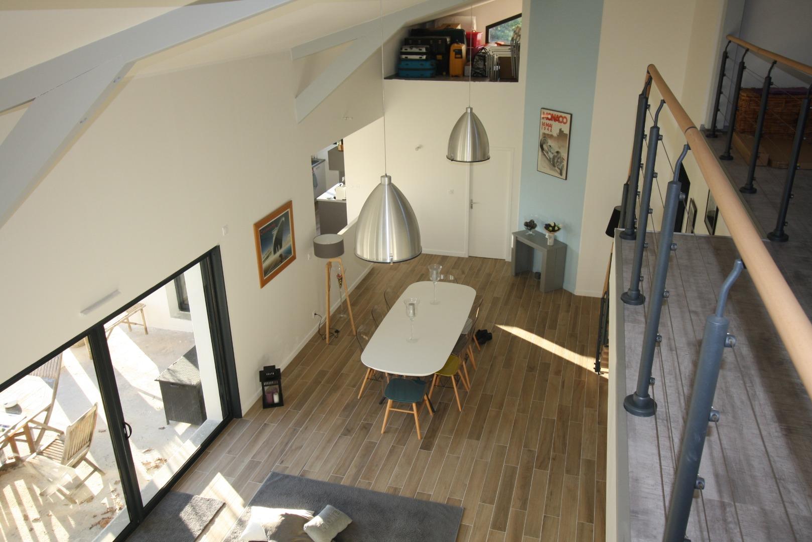 Construction d'un salon avec plafond haut rampant près de bordeaux