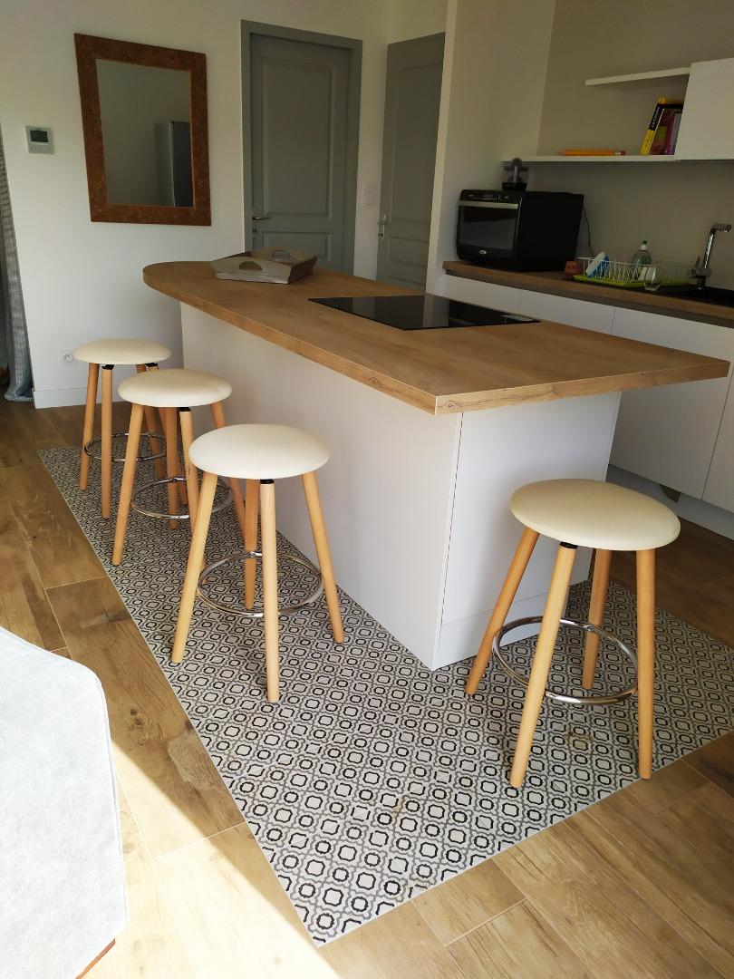 Construction de cuisine ouverte agréable et fonctionnelle près de Bordeaux