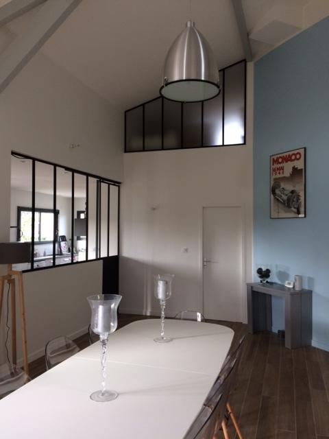 Construction de salle à manger avec plafond haut près de Bordeaux